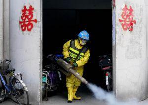 У Китаї пік минув, а за його межами кількість хворих зростає