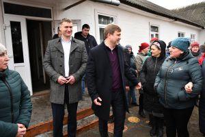 Голова РОДА Віталій Коваль спілкувався з жителями села Вири, які вимагають нової школи