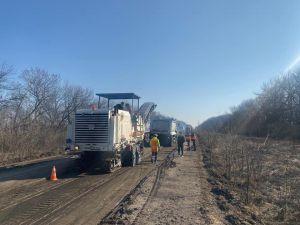Грузовики продолжают разрушать дороги в Луганской области