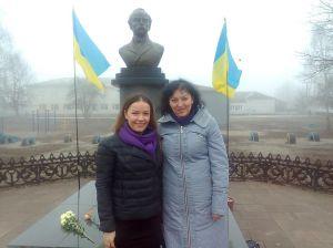 Ценит каждое мгновение, пишет поэзии и путешествует по Украине