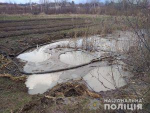 На Рівненщині видобували бурштин на чужому городі