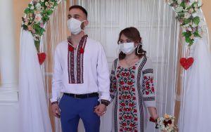 Молодожены из Коростеня сыграли свадьбу в масках