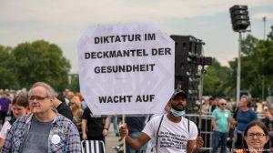 У Німеччині протестують проти «змови» та «вживлених чипів». Замовник – Кремль?