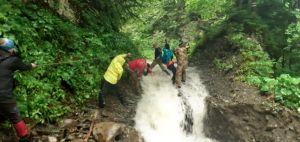 Группа туристов застряла на Манявском водопаде