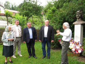 Почтили память Ивана Миколайчука у его дома