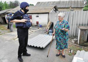 Спасатели из всей страны восстанавливают жилье в прифронтовой зоне