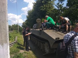 Шепетовчане перекрыли путь танкам