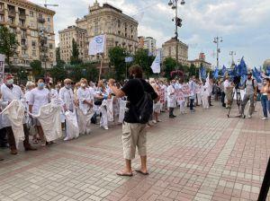 В центр Киева снова пришли медики