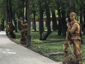 У парку оселились дерев'яні чоловічки