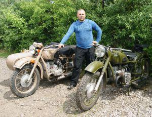 Реставрирует старые мотоциклы