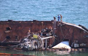 Одесса: Из затонувшего танкера снова вытекло дизтопливо
