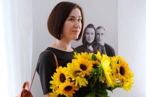 Черкаси: Жена бойца принесла желтые цветы