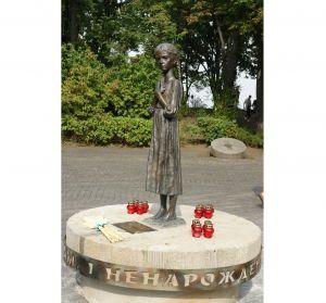 Поврежденную вандалами «Девочку с колосками» вернули в экспозицию Музея Голодомора