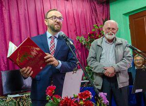 Книжка про село: передали у кожну хату і зарубіжному дипломату