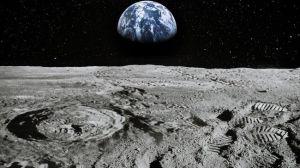 На сонячному боці Місяця таки є вода