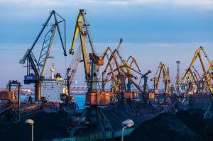 Одесса: Разгружают комплекты ветроэлектростанций