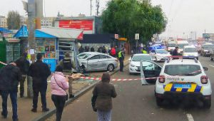 Київ: Таксист влетів у кіоск на зупинці