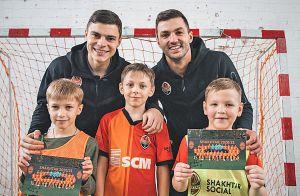 Футболісти «Шахтаря» провели матчі з дітьми у прифронтовій зоні