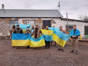 Луганщина: Волонтеры передали на передовую сине-желтые флаги