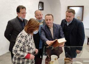 Депутат передал музею копию Нобельского Евангелия