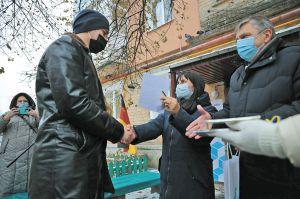 Луганщина: Родини медиків-переселенців  отримали квартири