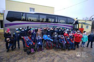 Воспитанники детского дома-интерната — с новым автобусом