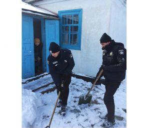 Хмельнитчина: Бабушек от снега спасали правоохранители