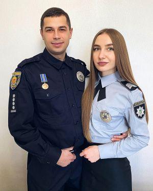 Щасливі романтики в поліцейських мундирах