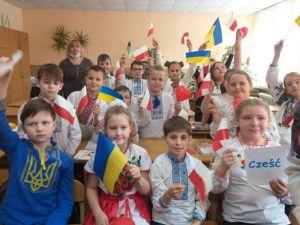 Хмельнитчина: Юные таланты соорудили «Книжный мост»