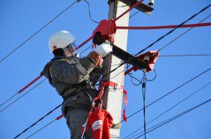 Дніпропетровщина: Енергетики ремонтують без відключень світла