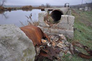 А нечистоти зливають у річку,  яка впадає в наше озеро!..
