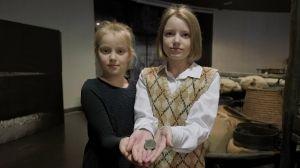 Школьницы передали в Музей Голодомора артефакт
