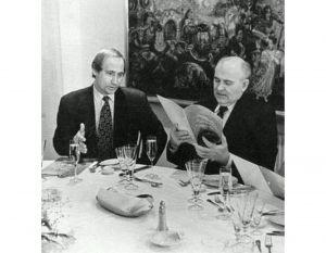 Горбачов: «Так, Вова, вилку держим  в левой руке, нож — в правой!»