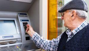 Пенсії та соціальні виплати — лише на банківські рахунки? або Пожалійте літніх людей!
