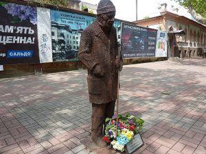 В Херсоне в честь уличного певца установили памятник