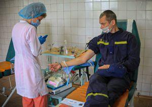 В Донецкой области спасатели сдали кровь для пострадавших в ДТП