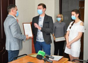 Вадим Лях вручил врачам-переселенцам ордера на служебное жилье