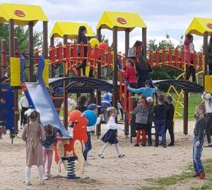 Готовность игровой площадки в Боровом оценивали малыши