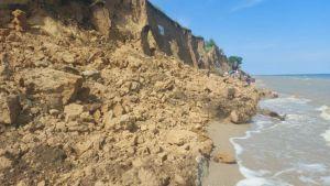 Оползень на морском пляже в Одесской области