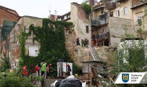 Во Львове обрушилась стена дома. Один человек погиб