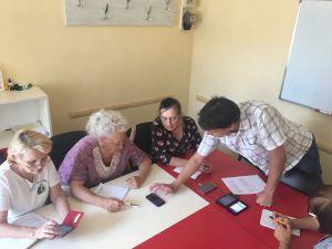 Хмельницький: Бабусі беруться за смартфони
