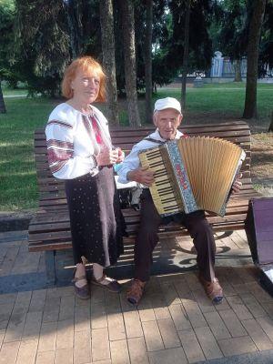 Несмотря на почтенный возраст, поют в парке народные песни