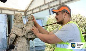 Во Львове восстановят скульптуру монаха с ребенком