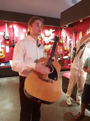 В музее гитар все экспонаты рабочие