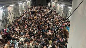 Первых беженцев уже доставили в Албанию