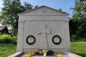 Хмельниччина: На братській могилі з'явився меморіал