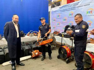 Израильские пожарные передали уманским коллегам спасательное оборудование