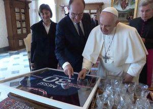 Футбол: Мессі передав подарунок Папі Римському