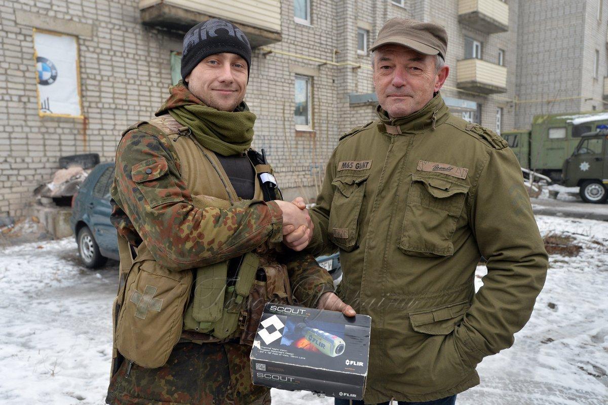 Німецький офіцер допомагає військовим