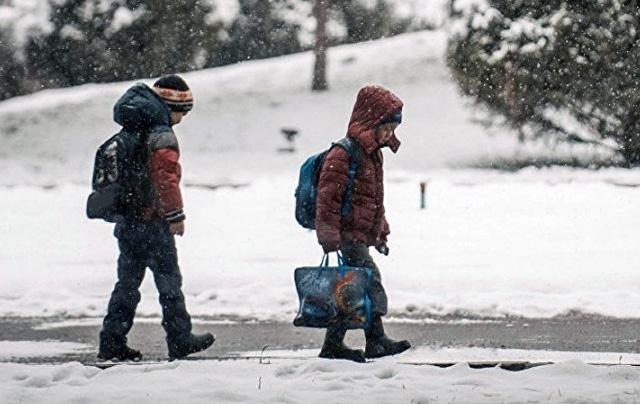 До школи — через снігові замети